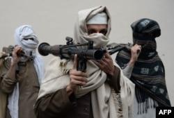 ອະດີດ ນັກຕໍ່ສູ້ ອັຟການິສຖານ ຂອງກຸ່ມຕາລີບານ ແບກອາວຸດຂອງພວກເຂົາເຈົ້າ ກ່ອນທີ່ພວກເຂົາເຈົ້າ ຈະມອບສົ່ງ ອັນເປັນສ່ວນໜຶ່ງຂອງຂະບວນການ ສັນຕິພາບ ແລະ ການປະນີປະນອມກັນ ຂອງລັດຖະບານອັຟການິສຖານ ຢູ່ທີ່ພິທີມອບສົ່ງອາວຸດ ໃນເມືອງ Jalalabad, ວັນທີ 12 ມັງກອນ 2016.