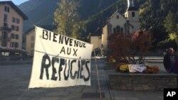 Une bannière à Chamonix, dans les Alpes françaises, se lit comme suit: «Bienvenue aux réfugiés» deux jours avant le démantèlement d'un camp de migrants appelé «la jungle» à Calais, le samedi 22 octobre 2016