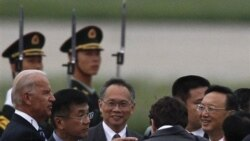 جو بادین به همراه گری لاک سفیر آمریکا در چین و وزیر امور خارجه چین در فرودگاه پکن. ۱۷ اوت ۲۰۱۱