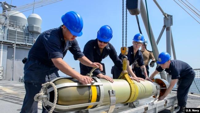 美軍安提坦號巡洋艦上的水兵們2018年5月15日在艦上安裝魚雷(美國海軍)