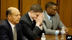 Michael Brelo, centro, reacciona al escuchar el veredicto que lo absuelve de cargos por haber disparado contra un vehículo donde viajaban dos jóvenes afroestadounidenses desarmados en 2012.