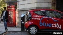 Sebuah mobil listrik Blue City diisi daya di di London, Inggris, 19 Oktober 2018. (Foto: REUTERS/Simon Dawson)