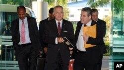 Sekjen OKI Ekmeleddin Ihsanoglu (tengah) dan Delegasi OKI ketika tiba di bandara Yangon, Burma (17/11). Delegasi OKI menyelesaikan kunjungan 4 hari ke komunitas muslim Rohingya di Burma barat.