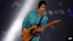 Penyanyi Prince saat tampil dalam acara Super Bowl XLI di Miami, Florida, 4 Februari 2007 (foto: dok). Mendiang Prince tidak meninggalkan surat wasiat ketika meninggal Kamis (21/4).