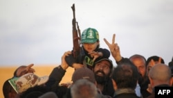 Бои за родину Каддафи продолжаются