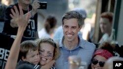 El aspirante a la candidatura presidencial demócrata Beto O'Rourke posa para la foto con simpatizantes durante un acto de campaña en Austin, Texas, el viernes 28 de junio de 2019. (Nick Wagner/Austin American-Statesman vía AP)