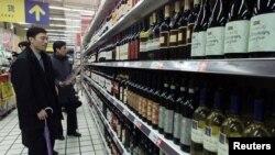 Rượu vang được bày bán tại một cửa hàng ở Thượng Hải. (Ảnh tư liệu, 3/2002)