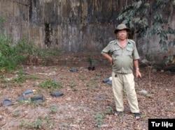Ông Trần Văn Tư đứng trên khu nền cũ của chuồng nuôi chó Phú Quốc ở Sở Thú Sài Gòn. Nền gạch đằng sau khi xưa là một phần nền nhà của chó Phú Quốc. Phần đất chung quanh hồi đó là sân chuồng của bầy chó (ảnh tư liệu)