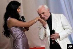 شارل آزناوور دست بازیگر تونسی-فرانسوی «حفصیه حرزی» را در جشنواره فیلم کن می بوسد