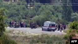 Турецькі солдати реєструють сирійських біженців біля кордону