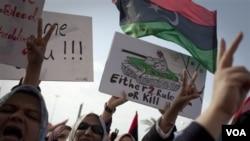 Para perempuan Libya di kota Benghazi melakukan unjuk rasa mendukung serangan koalisi terhadap pasukan pro-Gadhafi, Rabu (23/3).