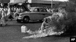 Hòa thượng Thích Quảng Ðức tự thiêu tại một ngã tư đông đúc ở Sài Gòn, ngày 11/6/1963. (AP/ Malcolm Browne)