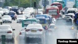 한국 정부가 '범정부 미세먼지 대책'을 확정해 발표한 3일 서울 여의도의 한 대로에서 차량이 오가고 있다. (자료사진)