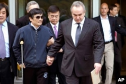 陈光诚与美国大使骆家辉(中)和美国助理国务卿坎贝尔(右前)2012年5月1日在美驻华使馆
