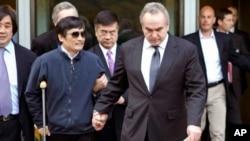 美国国务院法律顾问高洪柱(左)、助理国务卿坎贝尔(前)和美国驻华大使骆家辉陪同陈光诚走出美国使馆。