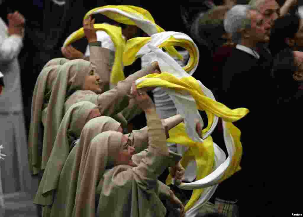 Un grupo de monjas hace la ola al papa Benedicto XVI durante la audiencia general en el Vaticano.