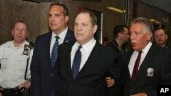Harvi Vajnstin (u sredini) na sudu u Njujorku