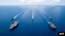 로널드 레이건 핵 추진 항공모함, 강습상륙함 '복서함'(Boxer·LHD 6), 그리고 로널드 레이건 캐리어 스트라이크 그룹이 6일 남중국해를 항해하고 있다.