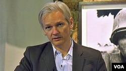 El fundador de Wikileaks, Julian Assange, defendió la publicación de los documentos clasificados que describen inapropiadas estrategias militares en Afganistán.