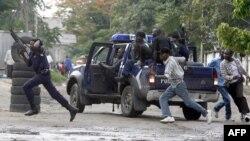 Des policiers pourchassent des opposants à Kinshasa, le 16 novembre 2006.