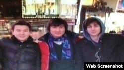 Джохар Царнаев (крайний справа) с Диасом Кадырбаевым и Азаматом Тажаяковым