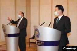美国卫生部长阿扎尔(左)与台湾的外交部长吴钊燮(右)8月11日上午于台北会面。(台湾外交部提供)