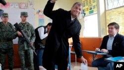 El presidente de Ecuador, Rafael Correa, depositó su voto durante las elecciones presidenciales de Quito, Ecuador, el domingo 2 de abril de 2017.