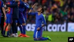 Neymar de Barcerlone agenouillé, adresse une prière a Dieu, après la victoire de 6-1 du FC Barcelone contre Paris Saint German aux 16e de finale de la Ligue des champions au stade Camp Nou à Barcelone, Espagne, 8 Mars 2017.