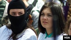 Masked separatist supporters were among the crowd participating in a celebration to mark Victory Day in Donetsk, eastern Ukraine May 9, 2014. (Jamie Dettmer/VOA)