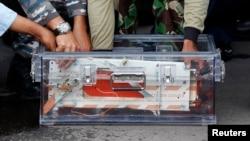 Perekam data penerbangan (FDR) AirAsia QZ8501 diletakkan di dalam sebuah kotak setibanya di pangkalan Angkatan Udara Pangkalan Bun, Kalimantan Tengah (12/1).