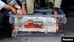 Rekaman data penerbangan AirAsia QZ8501 dimasukkan ke dalam kotak penyimpan di Pangkalan Bun (12/1). Hasil investigasi KNKT menyimpulkan tak ada bukti serangan teror dalam kecelakaan AirAsia.