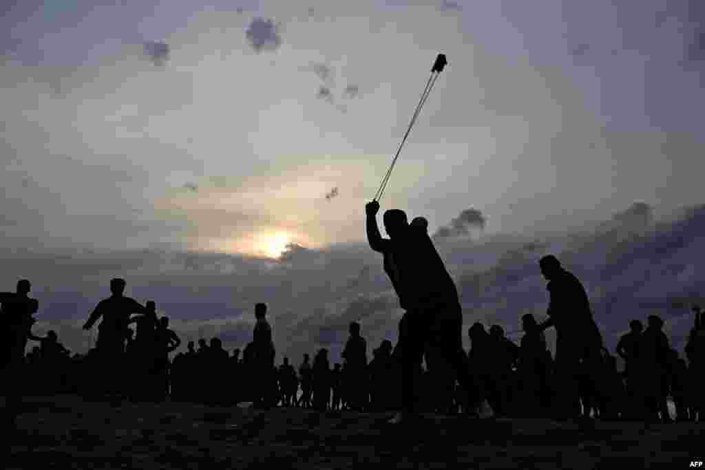 이스라엘 해상 국경과 맞댄 가자지구 북부의 해변에서 팔레스타인 시위대가 이스라엘군을 향해 돌을 던지고 있다.