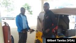 Un conducteur de tricule se ravitaille en essence, au NIgeria, le 17 septembre 2020. (VOA/Gilbert Tamba)