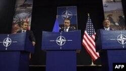 Španski premijer, Hoze Luis Rodrigez Zapatero (levo), generalni sekretar NATO, Anders Fog Rasmusen (centar) i američki sekretar za odbranu, Lion Panetao na konferenciji za medije u Briselu, 5. oktobar 2011.