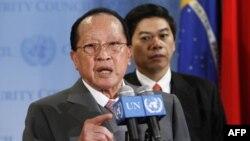 Bộ trưởng Ngoại giao Campuchia Hor Namhong (trái) nói Thái Lan đã làm ngơ trước kêu gọi tự chế của Hội đồng Bảo an Liên hiệp quốc