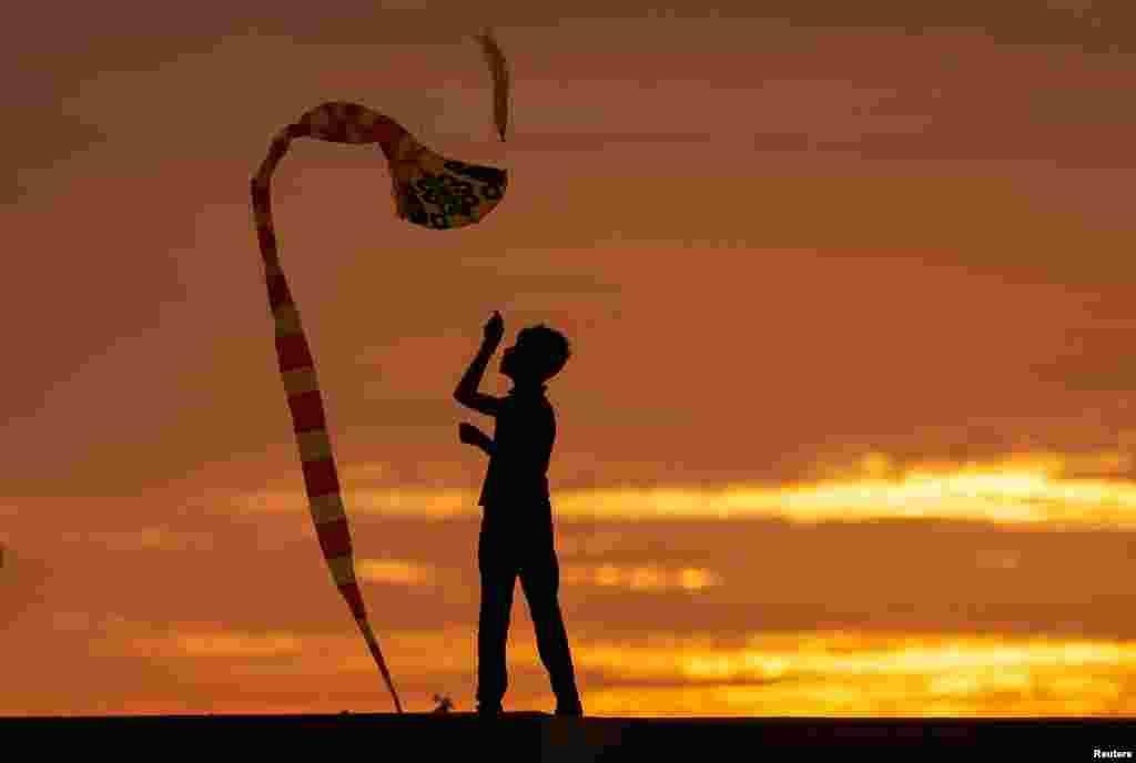 스리랑카 콜롬보에서 소년이 연을 날리고 있다.