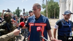 荷蘭法證小組組長在視察過載有馬航客機遇難者屍體的冷藏列車後對記者發表談話。