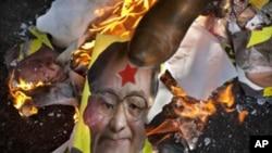 一名流亡藏人用腳睬踏被焚燒的中國總理溫家寶的畫像