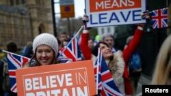 Những người ủng hộ Brexit đang biểu tình bên ngoài tòa nhà Quốc hội Anh đòi chính phủ thực thị Brexit