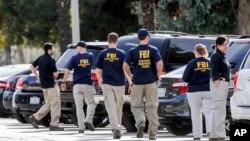 ماموران پلیس فدرال آمریکا، اف.بی.آی، در حال تحقیق در محل وقوع تیراندازی مرگبار در مرکز بهزیستی سان برناردینو در ایالت کالیفرنیا