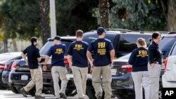 Agenti FBI-a ispred kuće u kojoj su stanovali Syed Rizwan Farook i Tashfeen Malik, počinici masovnog ubistva u San Bernardinu, Kalifornija