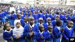 Wanafunzi wa Kenya wamekusanyika katika shule ya msingi ya Kongoni mjini Nairobi, Kenya, baada ya shule kufunguliwa kote nchini, Jan. 14, 2008