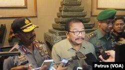 Kapolda, Gubernur Jawa Timur dan Pangdan V Brawijaya memberikan keterangan pers usai bertemu perwakilan mahasiswa se-Jatim, 23 Februari 2016 (Foto: VOA/Petrus)