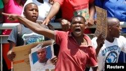 Những người tham dự đám tang tài xế taxi người Mozambique Mido Macia phẫn nộ về việc người tài xế này không may qua đời sau khi bị kéo lê trên phố.
