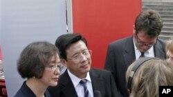 三一重工集团董事长兼创始人梁稳根(中)在美国乔治亚州亚特兰大的州议会大厦参加宣布设立北美总部的仪式期间同媒体讲话(2007年9月12日)