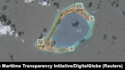 Foto satelit 17 November lalu menunjukkan bahwa China membangun sistem pertahanan anti-rudal dan anti-pesawat terbang di pulau-pulau buatan di Laut China Selatan (foto: dok).