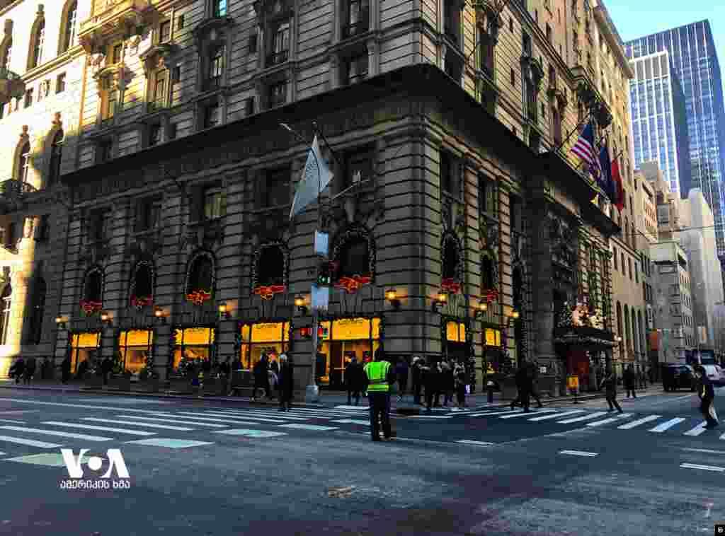 საშობაოდ გაფორმებული მაღაზიები მანჰეტენის მეხუთე ავენიუზე. აშშ/ნიუ-იორკი