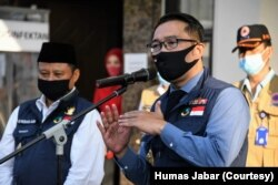 Gubernur Jawa Barat Ridwan Kamil usai rapat koordinasi Gugus Tugas Percepatan Penanggulangan COVID-19 Jawa Barat di Markas Kepolisian Daerah Jawa Barat, Kota Bandung, Selasa, 16 Juni 2020. (Foto: Humas Jabar)