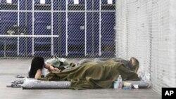 Migrantes detenidos en una jaula con aire acondicionado en un centro de detención de la Patrulla Fronteriza en Tornillo, Texas, el jueves 15 de agosto de 2019.