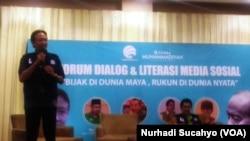 Henri Subiakto, staf ahli Menkominfo berbicara mengenai hoax menjelang Pemilu (foto: VOA/ Nurhadi Sucahyo)